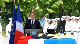 Devant quelque 500 chasseurs alpins, le chef de l 'Etat a prononcé l'éloge funèbre du soldat Franck Bouzet.