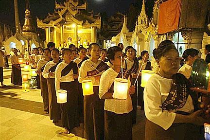 Cérémonies lors de la fin du carême à la pagode de Scwhedagon (Birmanie).