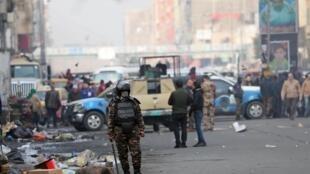 Un membre des forces de sécurité irakiennes durant une manifestation contre le pouvoir, à Bagdad, le 25 janvier 2020.