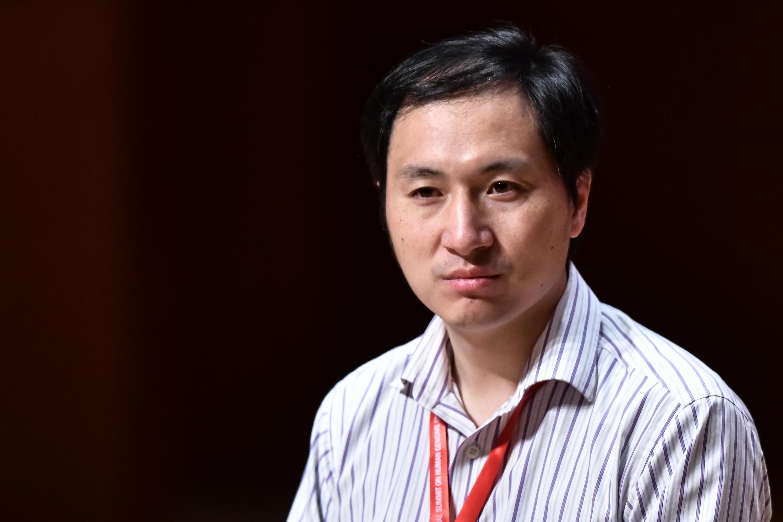 He Jiankui, investigador chinês foi condenado a 3 anos de prisão por criar 2 bebés geneticamente modificados