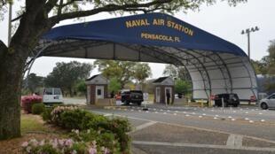 Cổng vào căn cứ hải quân Pensacola, nơi xảy ra vụ nổ súng khiến 3 người chết.