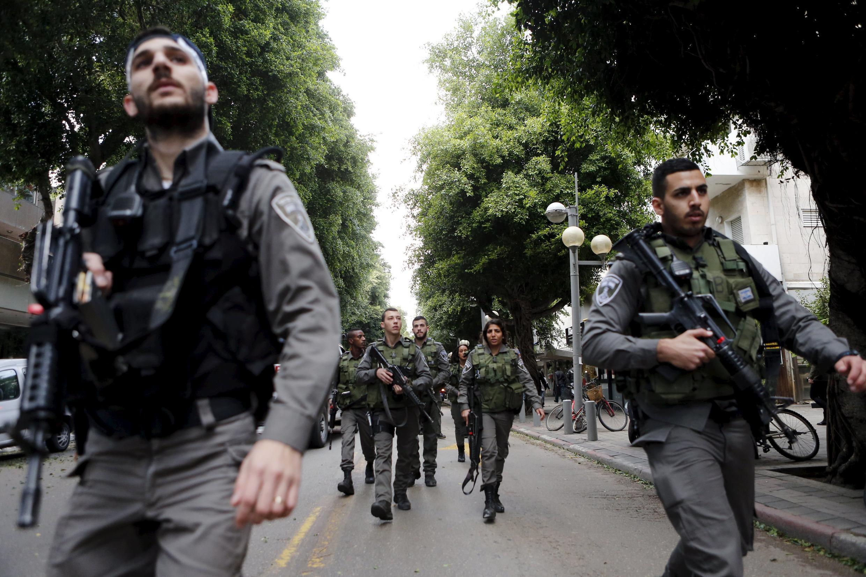 Reforços militares chegam ao bairro onde aconteceu o ataque de sexta-feira, em Tel-Aviv.