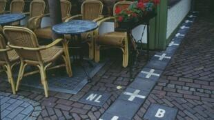 A Baarle-Nassau, la frontière entre les Pays-Bas et la Belgique longe un café.