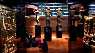 De grandes statues royales du Royaume du Dahomey datant de 1890-1892, le 18 juin 2018 au Musée du Quai Branly-Jacques Chirac à Paris.
