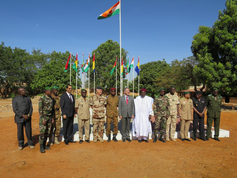 Présentation de l'opération aux autorités civiles et militaires, le 8 novembre au PC de Niamey.
