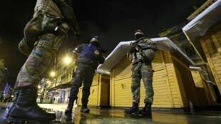 Le centre de Bruxelles, déserté de ses habitants, a laissé place à des militaires en treillis.