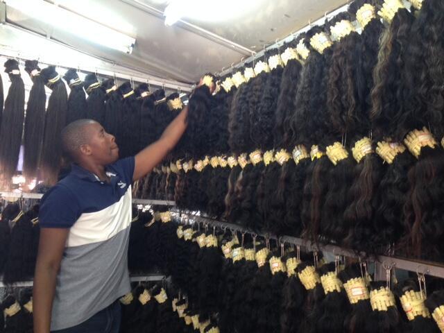 Martins Chirruque vende extensões capilares em Maputo, Moçambique.