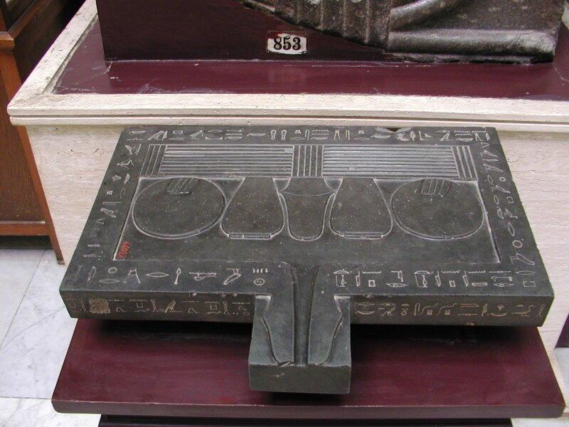 Placa que representa ofrendas de Amenardis expuesta en el Museo de El Cairo (Egipto).