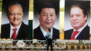 Pakistan đón Chủ tịch Trung Quốc  với các bức ảnh lớn. Từ trái qua phải, Tổng thống Mamnoon Hussain, Chủ tịch Trung Quốc Tập Cận Bình Thủ tướng Minister Nawaz Sharif, Islamabad, 19/04/2015.