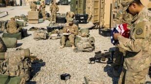 Des soldats de la troupe Dragon font leur paquetage pour leur retour d'Afghanistan, base Gamberi dans la province de Laghman, 31 décembre 2014.