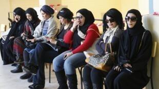 科威特婦女12月1日在投票站坐着等候投票