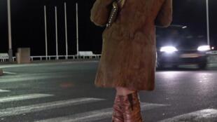 Une prostituée d'Europe de l'Est attend ses clients sur la promenade des Anglais à Nice.