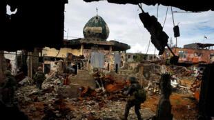 Des militaires philippins dans le centre de Marawi, le 13 septembre 2017.