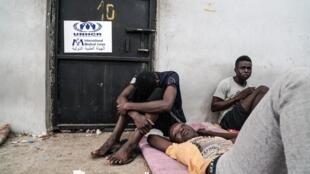 Des migrants sont vus dans un centre de détention à Zawiyah, à 45 kilomètres à l'ouest de la capitale libyenne Tripoli, le 17 juin 2017.