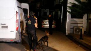 La fouille de la résidence du consul d'Arabie saoudite à Istanbul a été menée par une trentaine de policiers accompagnés d'un chien renifleur, le 17 octobre 2018.