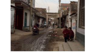 Un des villages de célibataires, où les hommes en âge de se marier ne trouvent pas de femme. Ce qui les incite à faire leurs recherches à l'étranger, notamment au Vietnam.