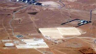Vue aérienne d'un site pétrolier en Algérie.