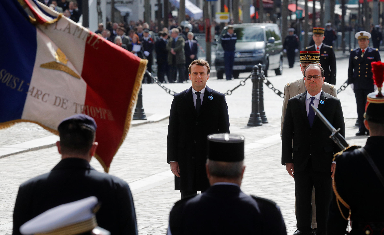 Emmanuel Macron (à esquerda) ao lado de François Hollande