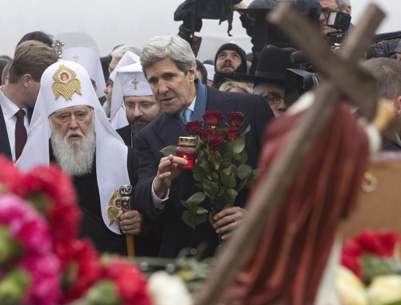 Le secrétaire d'Etat américain John Kerry, accompagné de représentants religieux, a rendu hommage aux victimes de Maïdan. Kiev, le 4 mars 2014.
