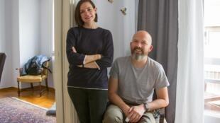 Kim Gillick et Connor O'Hare dans leur appartement à Athènes.
