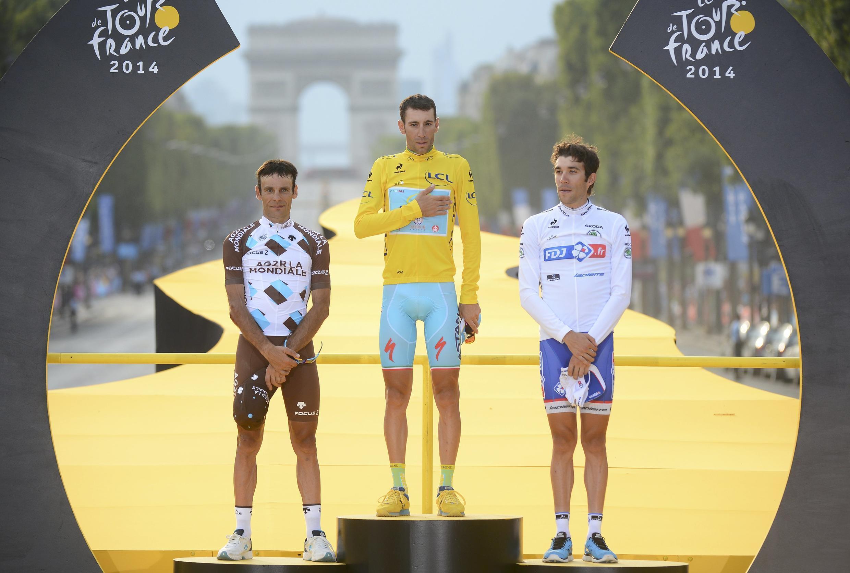 Vincenzo Nibali (centro) é o 7° italiano a conquistar a Volta da França.