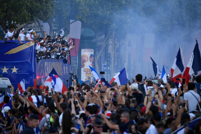 Người dân Paris cuồng nhiệt đón đoàn quân chiến thắng của huấn luyện viên Didier Deschamps trở về. Paris ngày 16/07/2018.