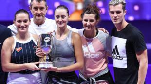Kristina Mladenovic (avec le trophée dans les mains) fête sa victoire en double au tournoi WTA Finals, le 3 novembre 2019 à Shenzhen en Chine. La joueuse française est entourée de sa partenaire Timea Babos, de son père, de son frère et aussi de sa mère, D