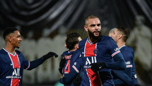Layvin Kurzawa (R) scored the only goal as Paris Saint-Germain edged Angers 1-0 to go provisionally top of Ligue 1