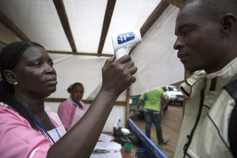 Wakaazi wa mji wa Freetown waendelea kufanyiwa vipimo vya damu ili kukabiliana na kuenea kwa virusi vya Ebola, Septemba 19 mwaka 2014.