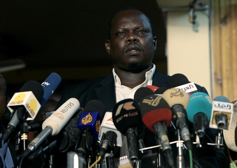 Mpatanishi wa Sudan Kusini kwenye mgogoro baina yao na Sudan Pagan Amum akizungumza na wanahabari kueleza hatua zilizofikiwa