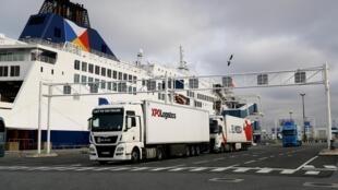 Camiones parten hacia el Reino Unido desde el puerto de Calais, en el norte de Francia, el 1º de enero de 2021, primer día del Brexit definitivo