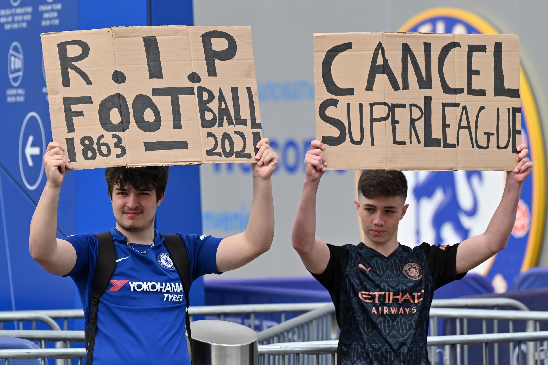 Seguidores sostienen pancartas en contra de la Superliga, frente al estadio Stamford Bridge del club de la Premier League inglesa, en Londres, el 20 de abril de 2021