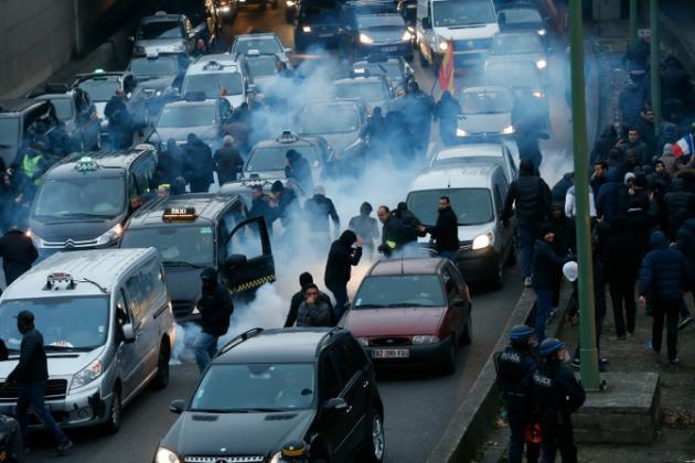 Protesto de taxistas contra a concorrência do serviço Uber.