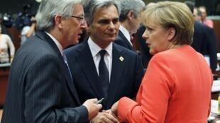 Thủ tướng Luxembourg Jean Claude Juncker (trái) trao đổi với thủ tướng Đức Angela Merkel (phải) tại hội nghị thượng đỉnh châu Âu, Bruxelles, 17/06/2010
