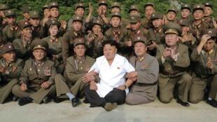 朝鮮官方通訊社6月30號公布的金正恩與軍方人員照片