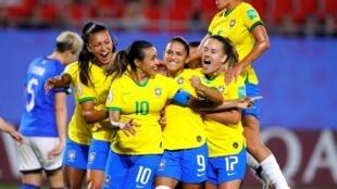 Marta e as jogadoras do Brasil comemoram gol contra as italianas no jogo em Valenciennes.