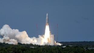 Le 18 décembre 2009, le satellite d'observation militaire Hélios 2B a été lancé depuis Kourou par une fusée Ariane 5 qui l'a placé avec succès sur son orbite.