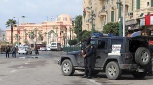 Forças de segurança ocupam a praça Tahrir, no Cairo, para impedir qualquer manifestação no quinto aniversário da revolução.
