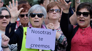 Les gens manifestent après qu'un tribunal espagnol a condamné jeudi cinq hommes accusés du viol collectif d'une femme de 18 ans au festival de taureaux San Fermin 2016 à 9 ans de prison. Sur les pancartes : «Ce n'est pas un abus, c'est un viol».