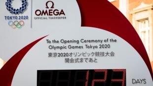 Un reloj fuera de la estación de tren de Tokio muestra la cuenta atrás para el comienzo de los Juegos Olímpicos el 23 de marzo de 2020