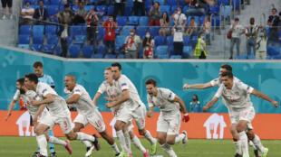 Los futbolistas de España celebran su clasificación a semifinales de la Eurocopa-2020, luego de eliminar a Italia en los penales, el 2 de julio de 2021 en San Petesburgo