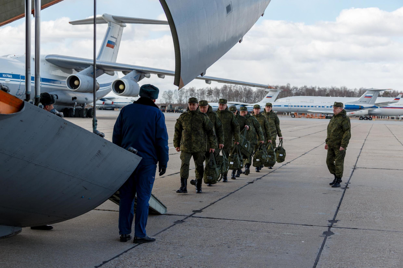 Một đơn vị quân y Nga, chuyên đối phó với dịch, chuẩn bị lên máy bay đến Roma, ngày 22/03/2020.