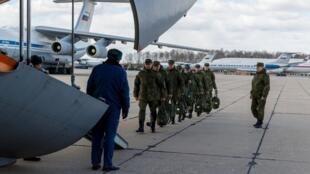 Des militaires russes, spécialistes des épidémies, s'apprêtent à embarquer pour Rome, le 22 mars 2020.