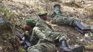 Soldados congoleses combatendo rebeldes na cidade de Goma nesta segunda-feira, 15 de julho de 2013.