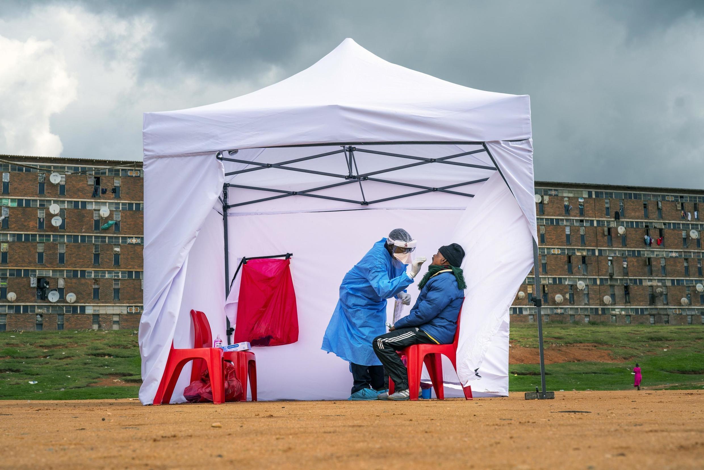 Un habitant du township Alexandra se fait tester au Covid-19 à Johannesbourg le 29 avril 2020 (image d'illustration).