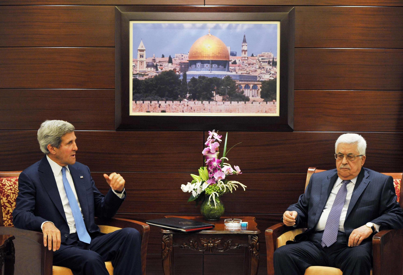 John Kerry et Mahmoud Abbas à Ramallah, le 19 juillet 2013.