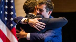 Pete Buttigieg abraça o marido Chasten Glezman durante o comício em que anunciou o abandono da corrida democrata nesse domingo, 1° de março de 2020.