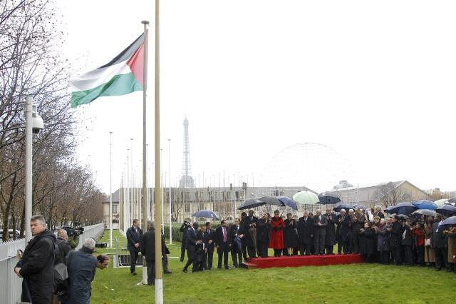 Cờ Palestine lần đầu tiên được thượng lên trước trụ sở UNESCO tại Paris ngày 13/12/2011.