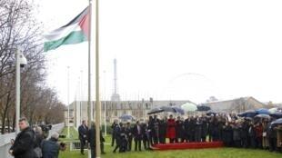 Le drapeau palestinien a été hissé pour la première fois au siège d'une organisation de l'ONU, à l'Unesco, à Paris, le 13 décembre 2011.