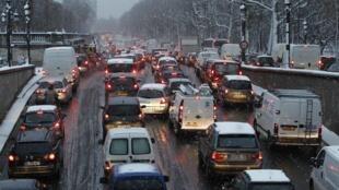 Затор из-за снегопада на набережной Тюильри в Париже 8 декабря 2010 года